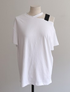 <br> One side shoulder Tee (B) <br> [Not returned or exchanged;