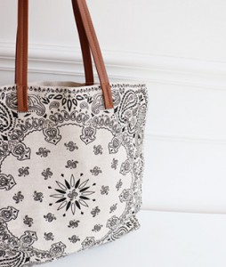 <br> Paisley Linen Shoulder Bag <br> <b><font color=#253952>Shoes & Bag 3rd place</font></b>