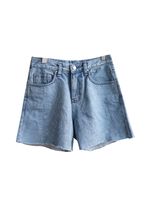 <br> Denim Shorts with narrow legs <br> [Not returned or exchanged;