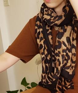 <br> Neckline-wrapped Leopard muffler <br><br>