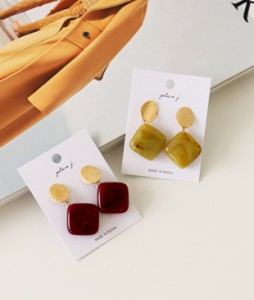 square gemstone earring <br>