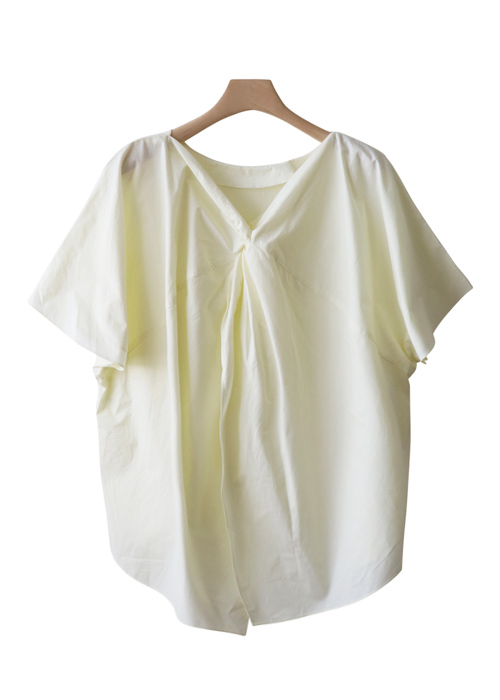 <br> Sensibility to wear back and forth Blouse <br><br>